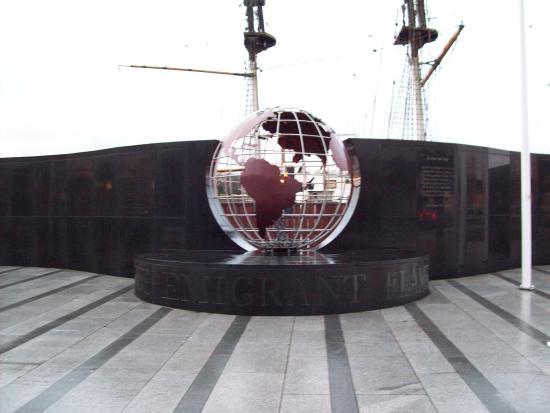 Dunbrody Visito Centre: The memorial
