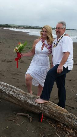 Waimea Plantation Cottages: Sherry and Marc enjoyed their vow renewal December 18th. Rev. Christine Kube officiating.