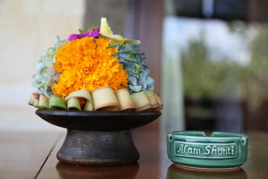 Alam Shanti: Typical Balinese flowers decorating the room