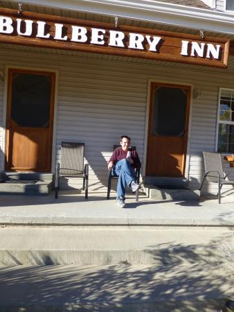 Bullberry Inn B&B: Front porch in the November sun.