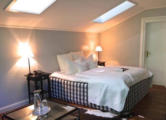superior doppelzimmer mit h stens bett bild von landhaus. Black Bedroom Furniture Sets. Home Design Ideas