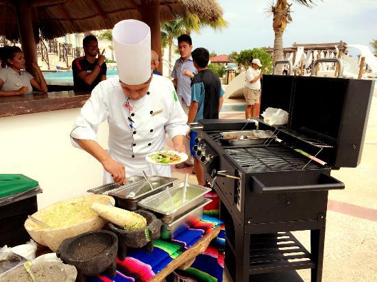 "Hyatt Zilara Cancun: 호텔프로그램 중 하나였던 ""과카몰리 워크샵"" 직접 과카몰리를 만들어보는 시간이었는데, 필라테스 받느라 늦어서 결국 시식만 했습니다 ^^;;"