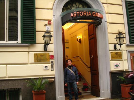 Astoria Garden: 入り口からなだらかな階段を10段程上がった上がフロント