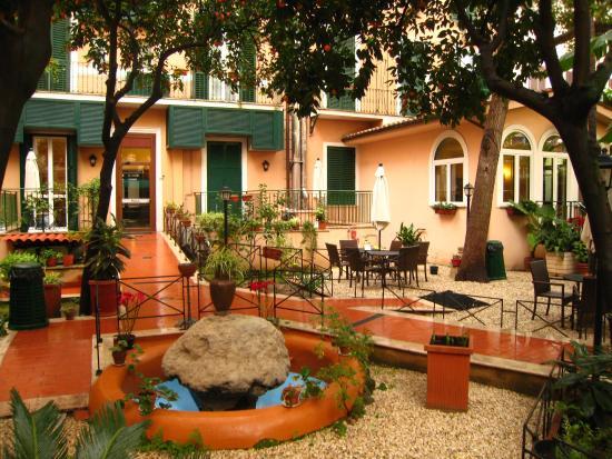 Astoria Garden: パティオ ここに面しても部屋があります