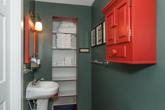 Dubuque Lane Guest House: bathroom