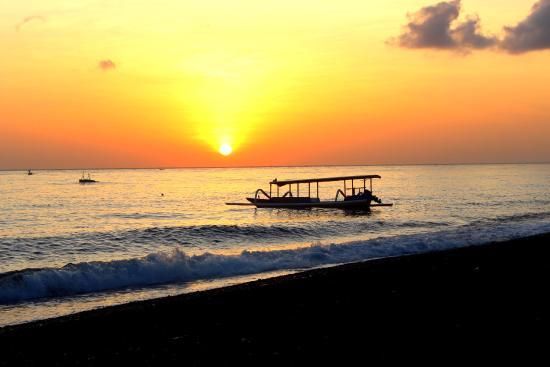 Amed Beach Resort: Lever du soleil