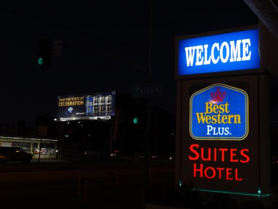 BEST WESTERN PLUS Suites Hotel: Short wait for shuttle