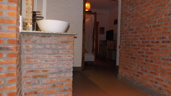 Lang Ca Voi (The Whales Village) Guesthouse: Waschbecken