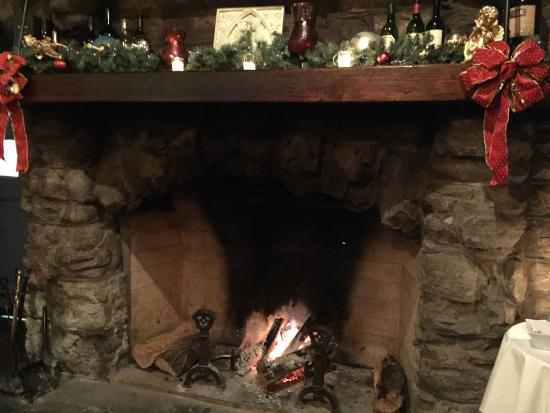 Little Falls, Nova York: A warm fire decorated for the holidays!