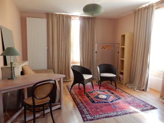 Le Crot Foulot : Basic furnishing, clothing rail?