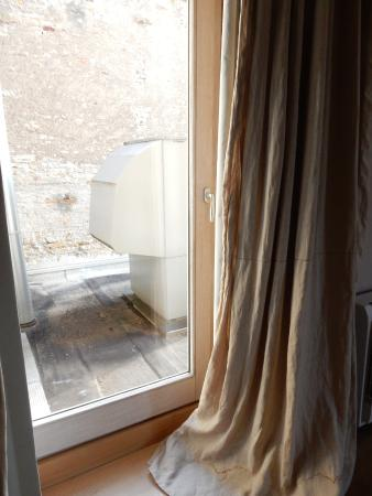 Le Crot Foulot : Stained curtains and the view