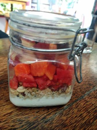 homemade granola with fruits and yogurt - Picture of Kashi
