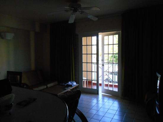 El Greco Resort: Low lighting despite drawing open all drapes - Living Room