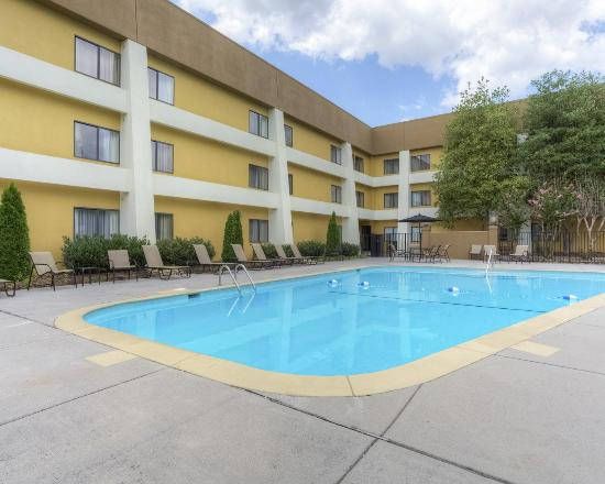 Clarion Inn & Suites: Pool View