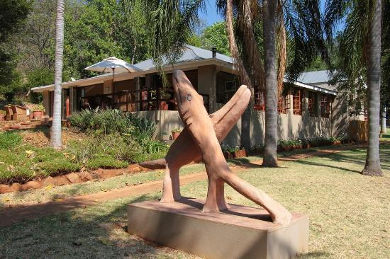 Louis Trichardt, Güney Afrika: A lot of art from local craftsmen.