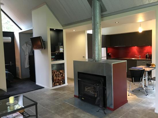 The Bower at Broulee: Fireplace and Kitchen area