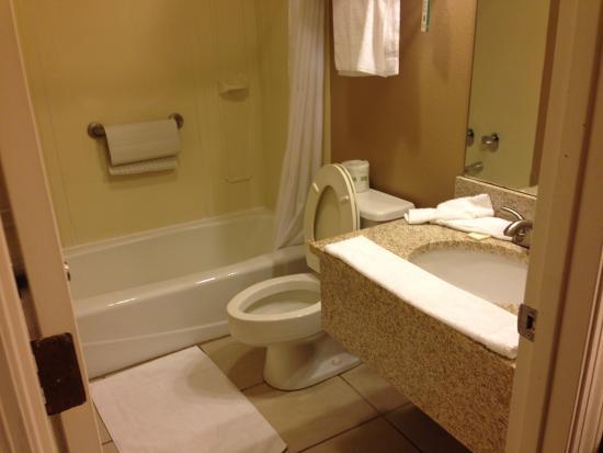 Cameron, Μιζούρι: Big Bathroom first vanity