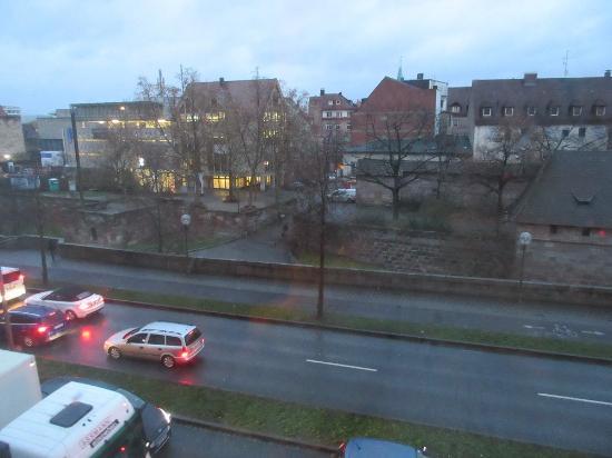 Maritim Hotel Nurnberg: 部屋からの眺め(奥がマーケットへの通り)