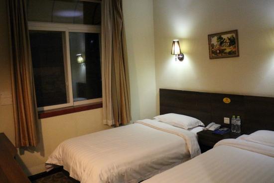 Huaxi Hotel of Sichuan University : 寝心地は悪くない、窓は全開になる