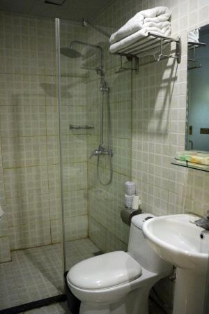 Huaxi Hotel of Sichuan University : 浴槽は無いが、これで十分