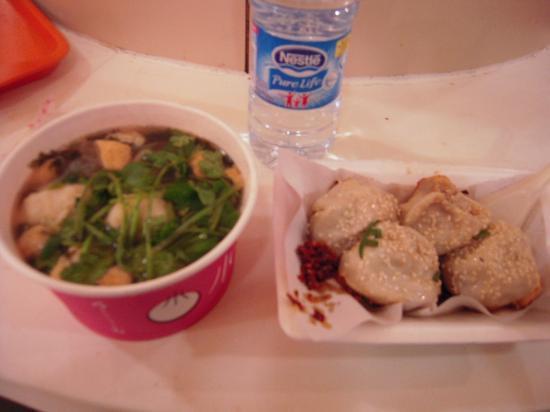 Shanghai First Foodmall: 焼小籠包と辛い麺