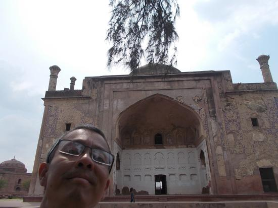 Chini Ka Rauza: In front of the tomb building