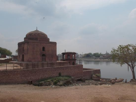 Chini Ka Rauza: The smaller replica of the Tomb (a little to the left of the Tomb)