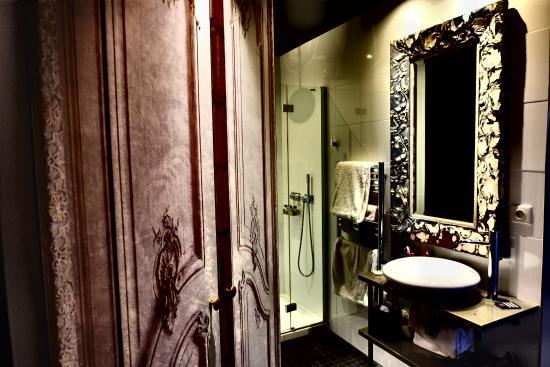 eug ne en ville paris picture of hotel eugene en ville. Black Bedroom Furniture Sets. Home Design Ideas