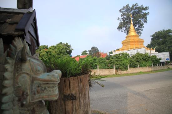 Saraphi, Tajlandia: Entrance of the resort opposite to a pagoda at Khun Mung temple