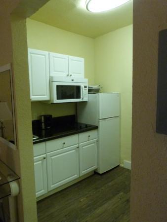 Ocean Five Hotel: Küchenecke im Zimmer mit 2 Betten