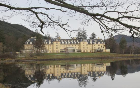 Ardgartan Hotel: View of the Ardgartan from Loch Long