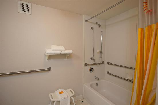 La Quinta Inn & Suites Greensboro: Guest room