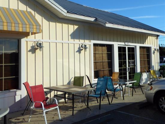 Fruitland Park, FL: Dine indoors or out
