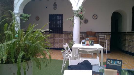 Séneca Hostel: inner courtyard
