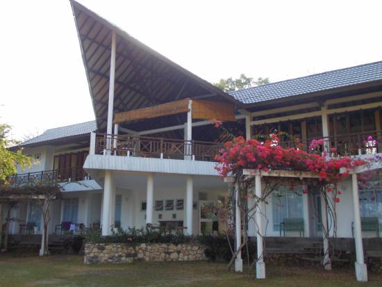 Bajo Komodo Eco Lodge: Aanzicht van het hotel vanuit de tuin gezien