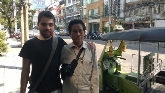 WE Bangkok Hostel: um amigo meu com o tuk tuk na porta do hostel