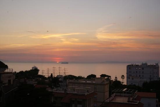 Hotel Caravel Sorrento: Bay of Naples from the roof terrace