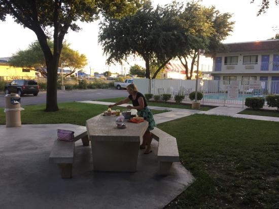 Motel 6 Del Rio: picknick banken bij de kamers