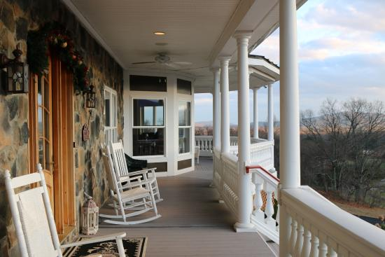 Washington, VA: Wondeful front porch with great views