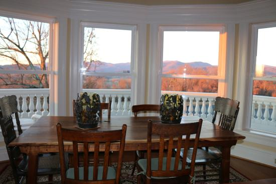 Washington, VA: Kitchen table with wonderful views and an amazing breakfast created by Ray