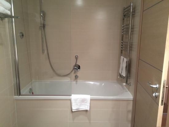 https://media-cdn.tripadvisor.com/media/photo-s/09/d0/b9/b3/iq-hotel-roma.jpg