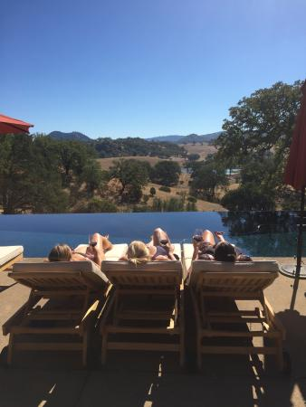Hopland, CA: Ladies Lounging at the pool