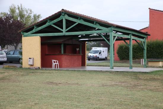 Saint-Etienne-les-Orgues, France: Préau digne des pires colonies de vacances