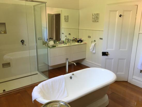 Belmont at Beechworth: luxe bathroom