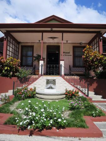 Hotel Los Volcanes B&B: Front of the hotel in the heart of the city