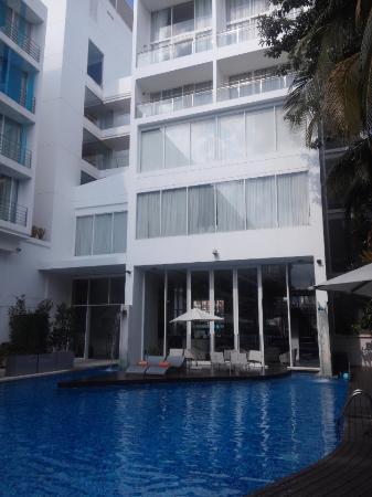 โรงแรม บาราคูด้า พัทยา - เอ็มแกลเลอรี่ คอลเล็คชั่น: 수영장에서 바라본 스위트 객실