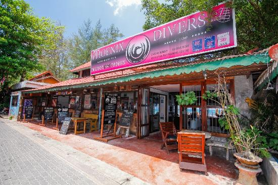 Phoenix Divers: Our beachfront Dive center situated in the heart of Koh Tao's most popular beach, Sairee.