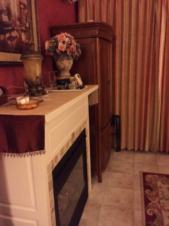 Oscar H. Hanson House Bed and Breakfast: Ana's Room - fireplace