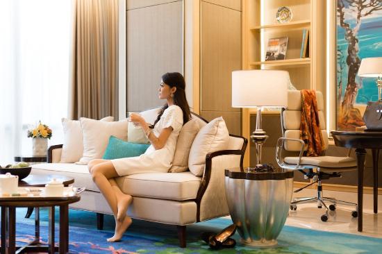 Artist Suite, Living Room - Picture of Raffles Jakarta, Jakarta ...