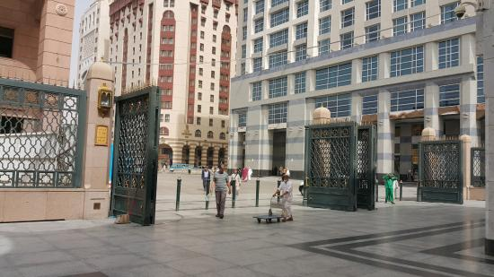 Elaf Taiba Hotel: Haram Gate # 15 behind is Hotel